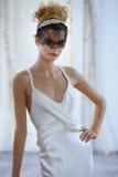 模型在伊丽莎白菲尔莫尔秋天/冬天2016年女装设计新娘收藏时走跑道 库存图片