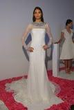 模型在秋天2015新娘汇集Pamella罗兰特介绍时摆在 库存照片