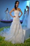 模型在秋天2015新娘汇集Pamella罗兰特介绍时摆在 免版税图库摄影