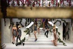 模型在跑道走在La Perla时装表演 免版税图库摄影