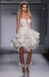 模型在Prina Tornai秋天/冬天2016年女装设计新娘收藏时走跑道 免版税图库摄影