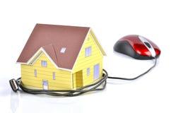 模型房子和计算机鼠标 免版税库存图片