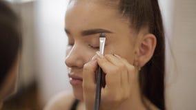 模型有构成由化妆师在发廊 E 与雀斑的红头发人模型 关闭模型 股票视频