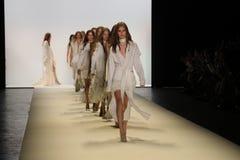 模型步行在乔纳森Simkhai时装表演的跑道结局 免版税图库摄影