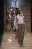 模型步行在人拉洛希展示期间的跑道结局 免版税库存照片