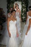 模型步行在安妮驳船秋天2014新娘汇集展示的跑道结局 免版税图库摄影