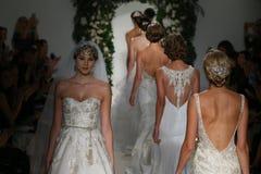 模型步行在安妮驳船秋天2014新娘汇集展示的跑道结局 库存图片