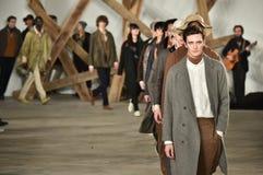模型步行在比利雷德时装表演的跑道结局在纽约时尚星期人的秋天期间/冬天2016年 免版税库存图片