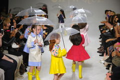 模型步行在油&水预览期间的跑道在petitePARADE/孩子塑造星期 库存图片