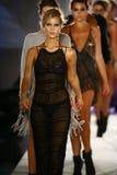 模型步行在设计师游泳服装的跑道结局在Indah游泳衣时装表演期间 免版税库存照片