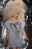 模型步行在Blonds时装表演的跑道结局 库存图片