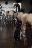 模型步行在Blonds时装表演的跑道结局 免版税库存照片