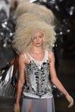 模型步行在Blonds时装表演的跑道结局 库存照片