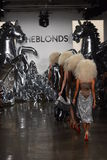 模型步行在Blonds时装表演的跑道结局 免版税库存图片