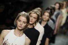 模型步行在Bottega Veneta展示期间的跑道作为米兰时尚星期的部分 免版税库存照片