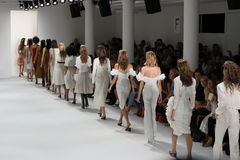 模型步行在Brock汇集时装表演的跑道结局 免版税图库摄影