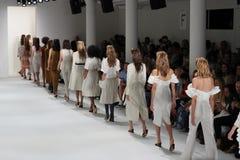 模型步行在Brock汇集时装表演的跑道结局 免版税库存图片