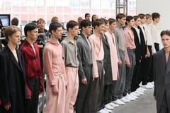 模型步行在Duckie布朗时装表演的跑道结局在奔驰车时尚星期秋天期间2015年 免版税库存照片