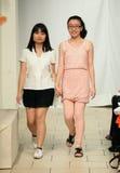 模型步行在JSong方式时装表演的跑道结局 库存图片