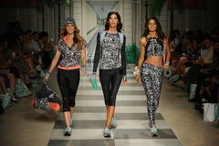 模型步行在Maaji春天夏天2017年跑道展示期间的跑道 免版税图库摄影