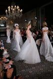 模型步行米拉Zwillinger春天2015新娘汇集展示的跑道 库存照片