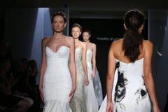 模型步行跑道在标记Zunino秋天/冬天2016年女装设计新娘收藏时 免版税库存图片