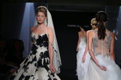 模型步行跑道在标记Zunino秋天/冬天2016年女装设计新娘收藏时 库存图片