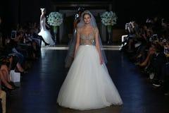 模型步行跑道在阿隆Livne白色秋天/冬天2016年女装设计新娘收藏时 免版税库存照片