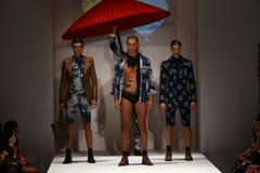 模型步行马兰・布莱顿时装表演的跑道 免版税图库摄影