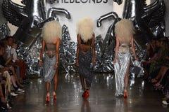 模型步行Blonds时装表演的跑道 免版税库存图片