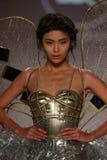 模型由Ly Qui Khanh走设计的跑道在纽约生活时装表演在MBFW秋天期间2015年 免版税库存照片