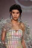 模型由Ly Qui Khanh走设计的跑道在纽约生活时装表演在MBFW秋天期间2015年 库存图片