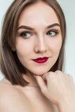 年轻模型秀丽画象与中间长度头发的 专业裸体构成 免版税库存图片