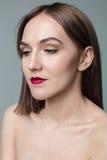 年轻模型秀丽画象与中间长度头发的 专业裸体构成 库存图片