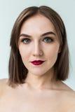 年轻模型秀丽画象与中间长度头发的 专业裸体构成 免版税图库摄影