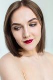年轻模型秀丽画象与中间长度头发的 专业裸体构成 库存照片