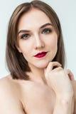 年轻模型秀丽画象与中间长度头发的 专业裸体构成 免版税库存照片