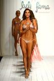 模型设计师游泳服装的步行跑道在谷蠡Fama游泳衣时装表演期间 免版税库存图片