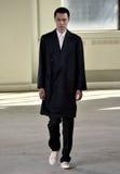 模型走佩带Duckie布朗的跑道在纽约时尚星期人的秋天期间/冬天2016年 免版税图库摄影