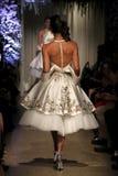 模型走穿马修克里斯托弗礼服的跑道NY新娘时尚星期 库存图片