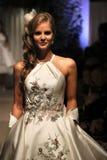 模型走穿马修克里斯托弗礼服的跑道NY新娘时尚星期 库存照片