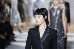 模型走跑道在上司妇女时装表演在奔驰车时尚星期秋天期间2015年 免版税库存照片