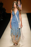模型走跑道在亚伯大Ferretti展示期间作为米兰时尚星期的部分 图库摄影
