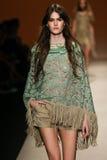 模型走跑道在亚伯大Ferretti展示期间作为米兰时尚星期的部分 库存图片