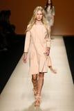 模型走跑道在亚伯大Ferretti展示期间作为米兰时尚星期的部分 库存照片