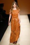 模型走跑道在亚伯大Ferretti展示期间作为米兰时尚星期的部分 免版税库存图片