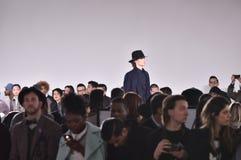 模型走跑道在卡洛斯坎波斯时装表演在纽约时尚星期人的秋天期间/冬天2016年 免版税库存照片