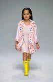 模型走跑道在油&水预览期间petitePARADE/孩子时尚星期 免版税图库摄影