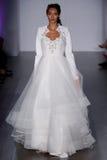 模型走跑道在海利Paige时装表演在秋天2015新娘收藏时 库存图片