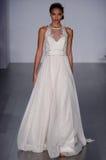 模型走跑道在海利Paige时装表演在秋天2015新娘收藏时 库存照片
